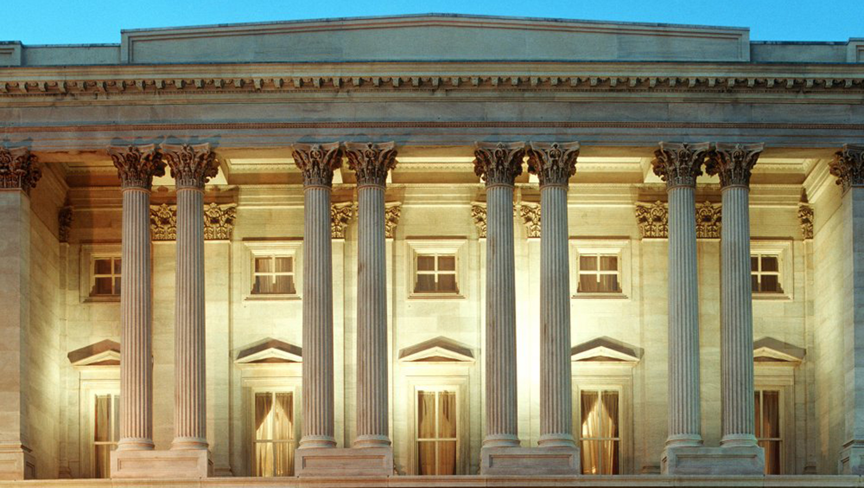 greek and roman architecture As in all things the difference between greek and roman columns boils down to a few things simplicity due to technology which is the doric to the ornate which is the corinthian in other words the ones you see on the athena parthenon versus that which you see on the pantheon also please remember that they were gloriously coloured garishly so to.